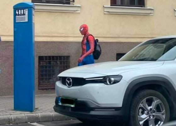 Debrecen utcáin sétálgat Pókember