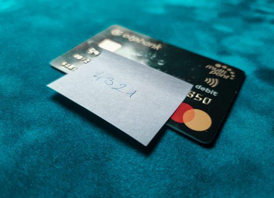 Ezért ne hagyd el a bankkártyád, mellette a PIN kóddal